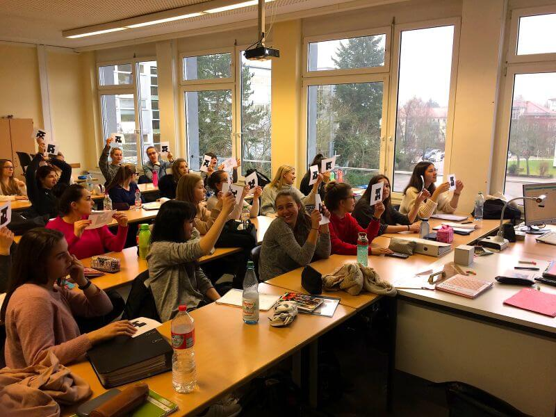 Klasse arbeitet an der Fachoberschule Erlangen mit Plickers im Matehmatikunterricht