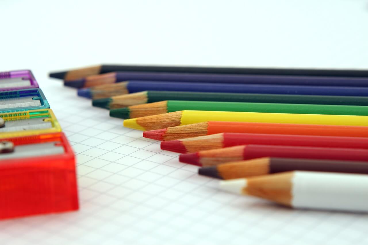 Buntstifte auf Papier für das Fernabitur