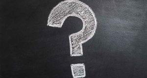 Fragezeichen auf einer Tafel in der Berufsoberschule